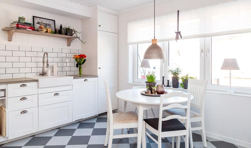 Bilde av et kjøkken med et takarmatur.