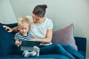 Mor og sønn i sofakrok leker med ipad