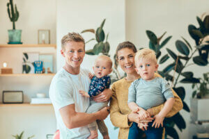 Smilende småbarnsfamilie