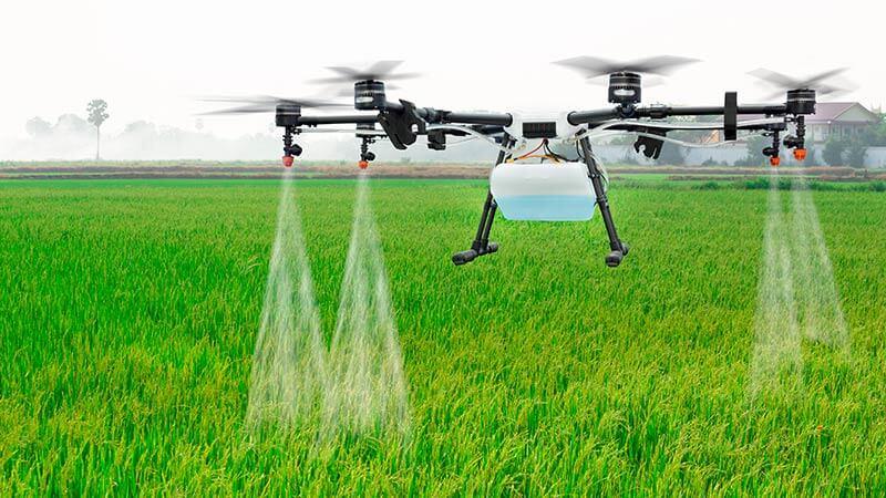 Landbruksdrone brukt til vanning av jorde