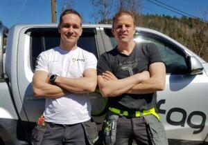 Rolf Tore Langeland fra Elfag hjelper Sinnasnekker'n, Otto Robsahm, med det elektriske.