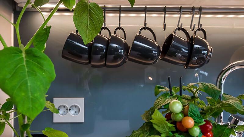 En innfelt stikkontakt i ELKO Plus-design sørger for at absolutt hele kjøkkenet ditt føles moderne.