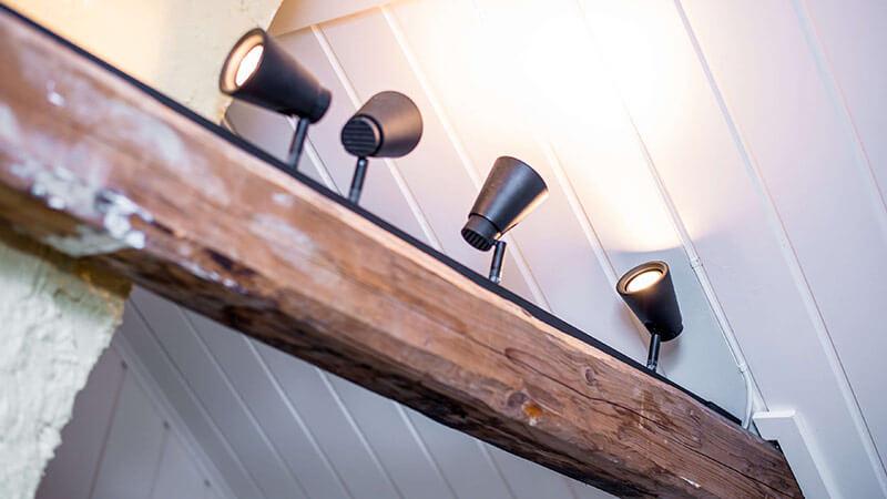 Svart lysskinne med spotter gjør seg bra i et rom med røft preg.