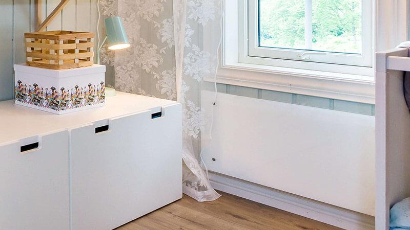 Clea glassovn fra Adax både varmer opp rommet og ser bra ut.