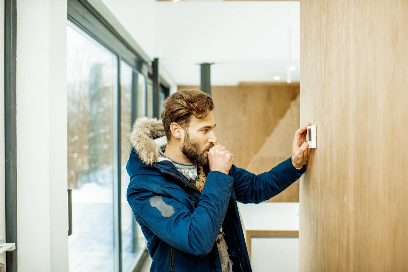 mann stiller på smarthuspanel