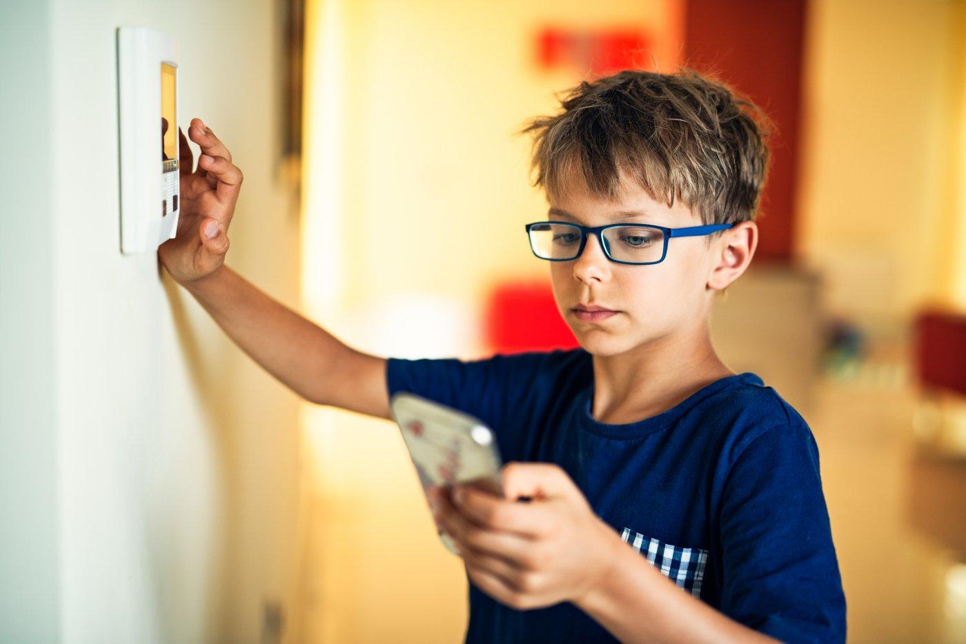 gutt stiller på smarthuspanel
