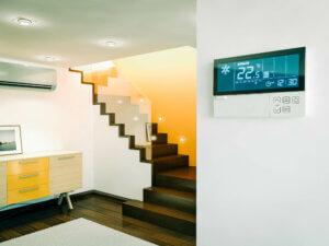 smarthuspanel i en funky stue