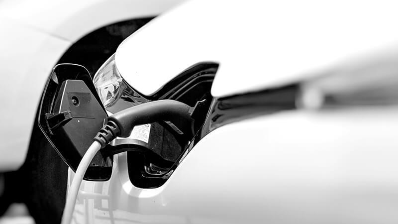 Ettersom elbilen lader med likestrøm, og anlegget ditt er vekselstrøm, er jordfeilbryter type B påbudt.