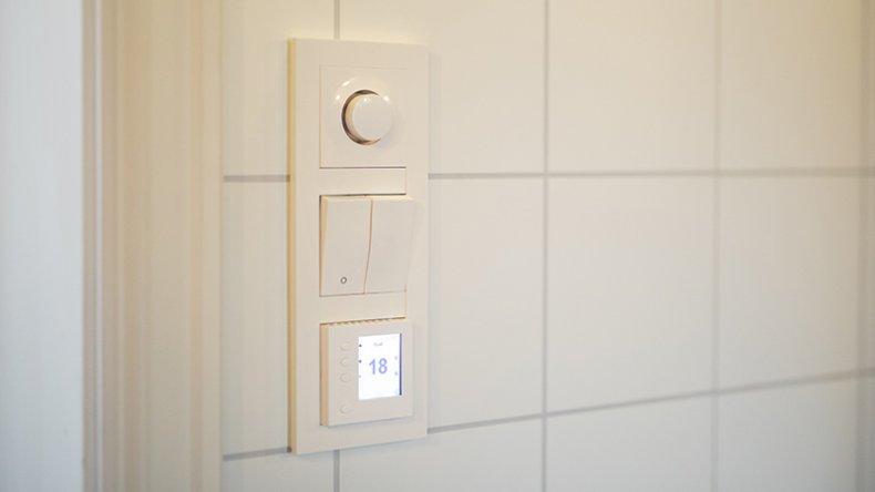 full kontoll med dimmer og termostat på badet