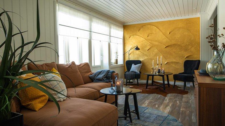 Legg merke til veggen i enden av rommet, et kunstverk laget av Sinnasnekker'n selv