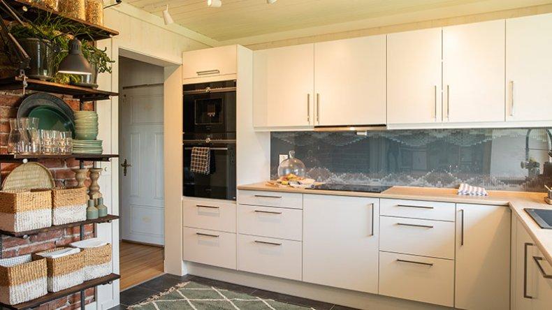 Å montere ovnen litt opp på veggen gjør den både barnesikker og mer vennlig for ryggen din