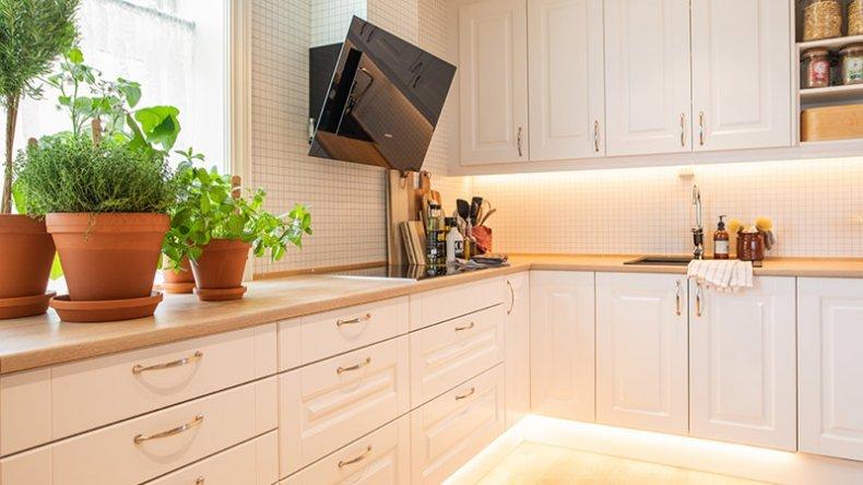 Sokkelbelysning gir kjøkkenet ditt et elegant særpreg