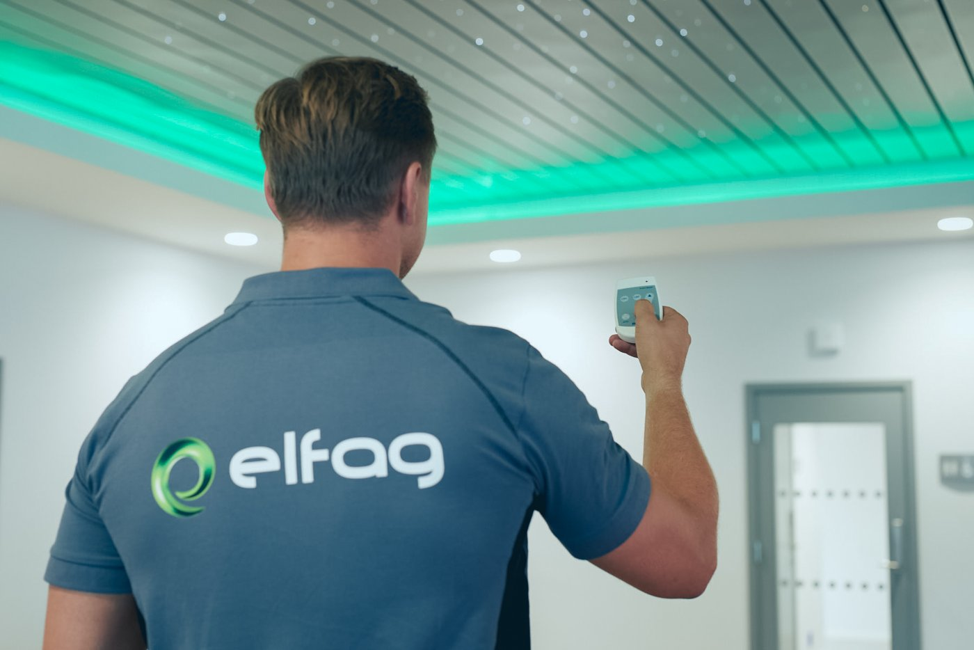 Elfag-Elektriker styrer downlights fra trådløs dimmer.