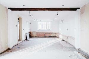 Tomt rom under oppussing av stue og elektrisitet