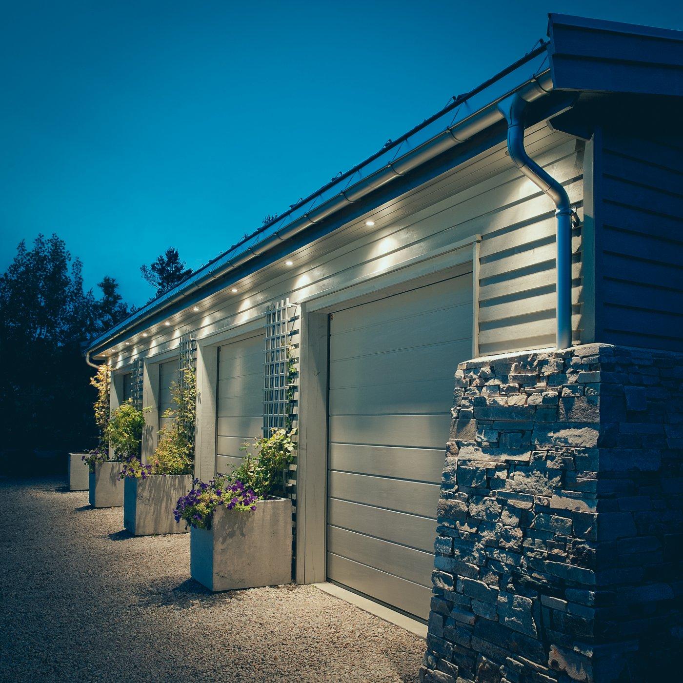 Downlights lyser opp uteområdet ved garasje. Automatisk bevegelsessensor.