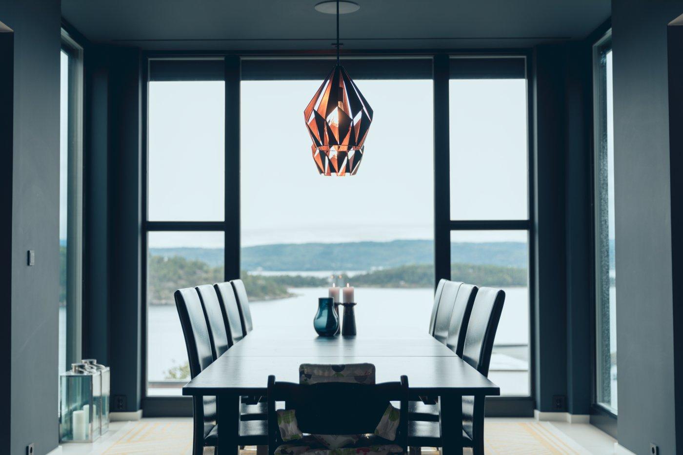 Stue med pene lamper