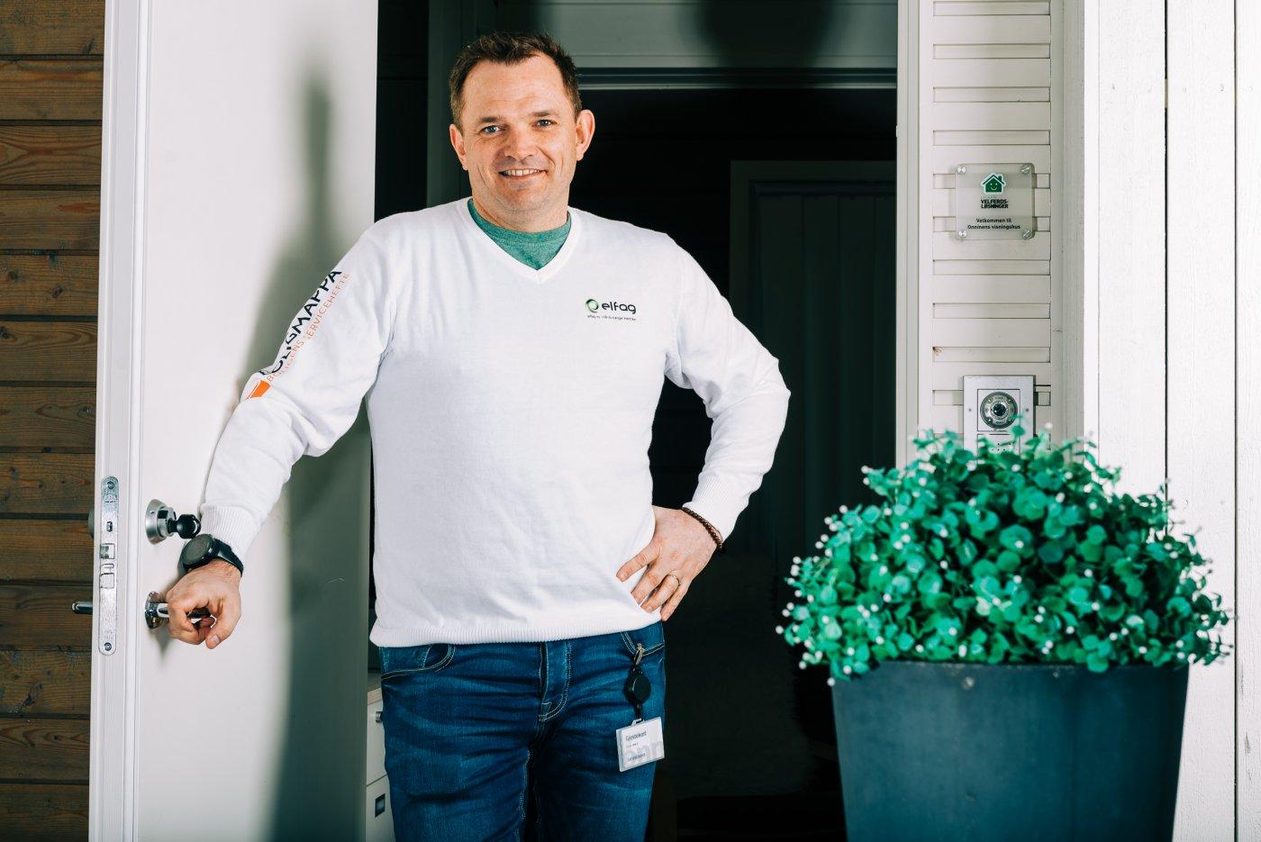 Bilde av Bernt Christian Mikkelsen i døråpningen til et smarthus