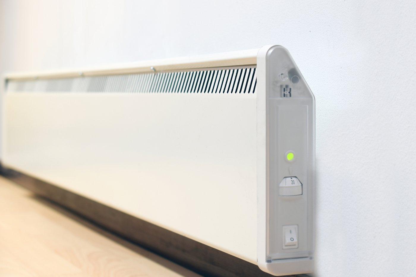 en veggmontert panelovn som er stilt inn på 20 grader