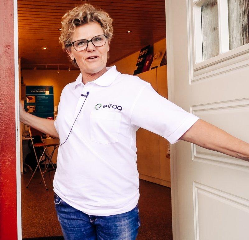 Noomi Strømsborg fra Strømsborg Elektro står i døråpningen til kontoret