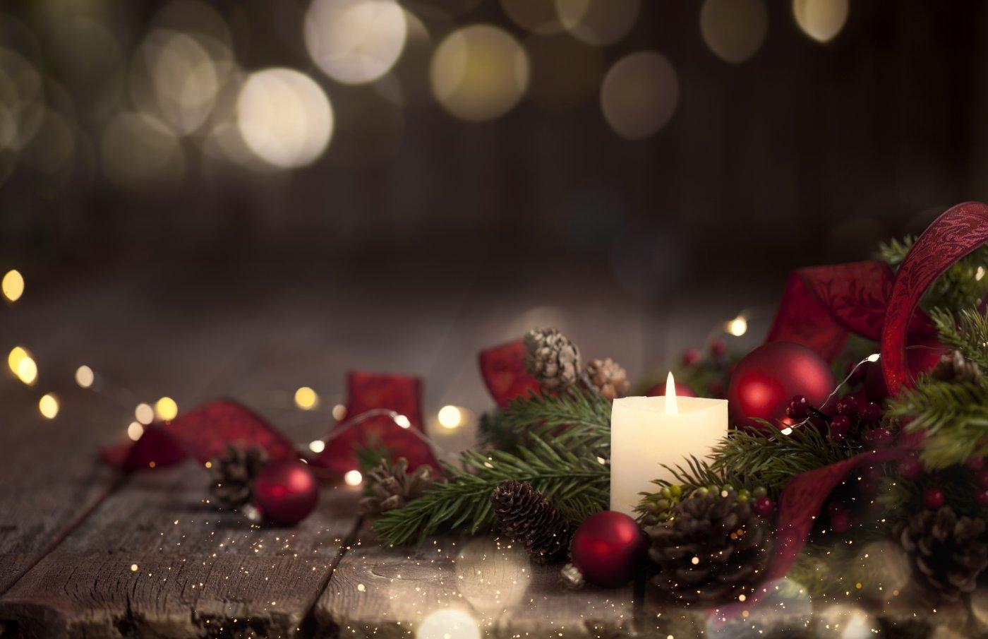 stearinlys og julepynt ligger på et bord