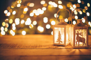 – levende julelys i forgrunnen og juletre i bakgrunnen