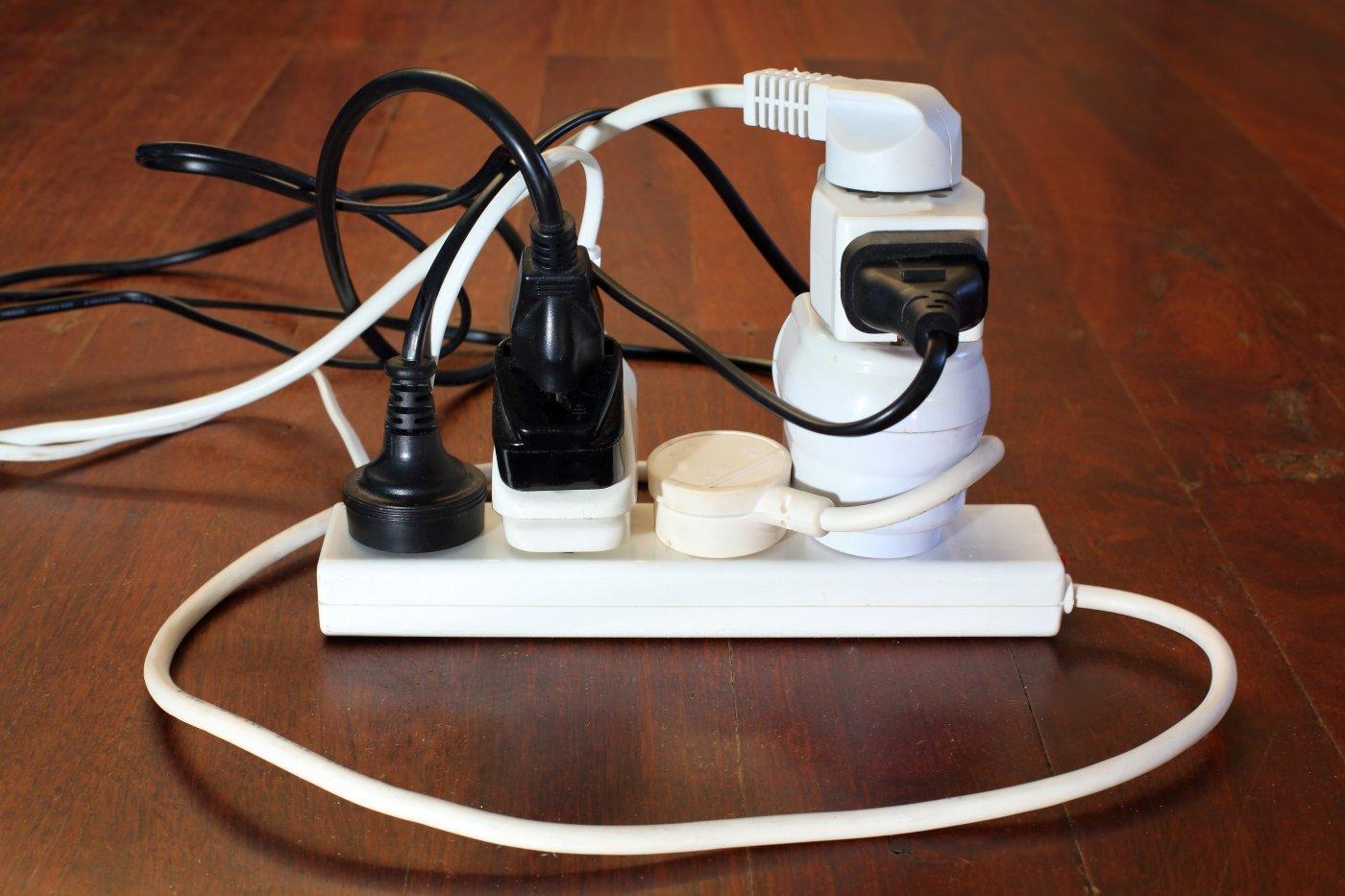kaos av ledninger og stikkontakter i skjøteledning