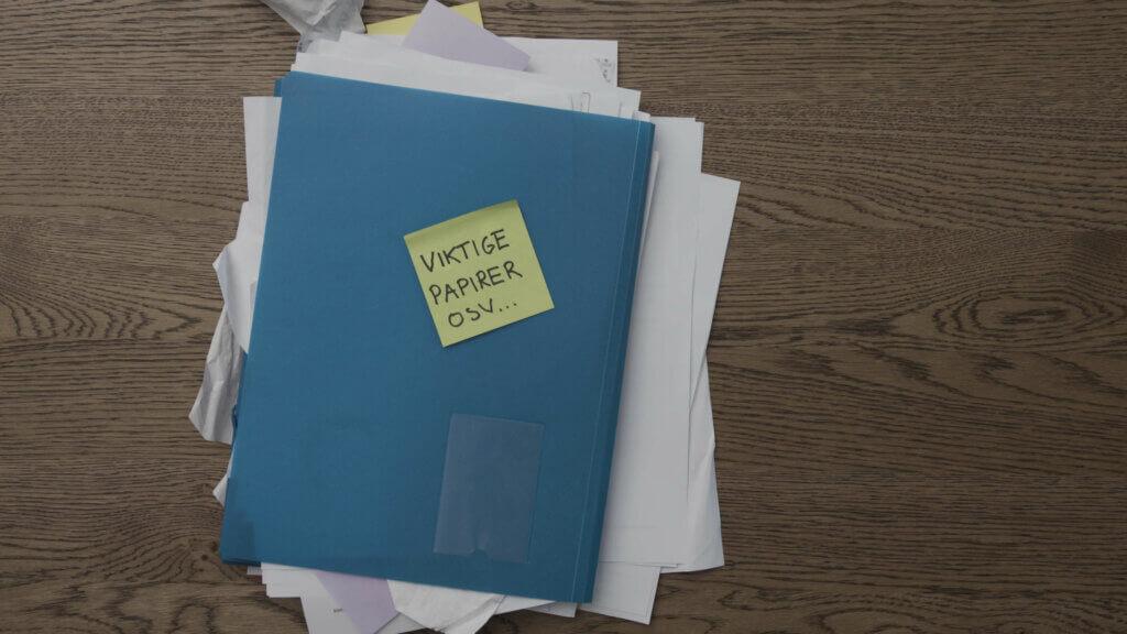 surr av kvitteringer inne i en mappe på et bord