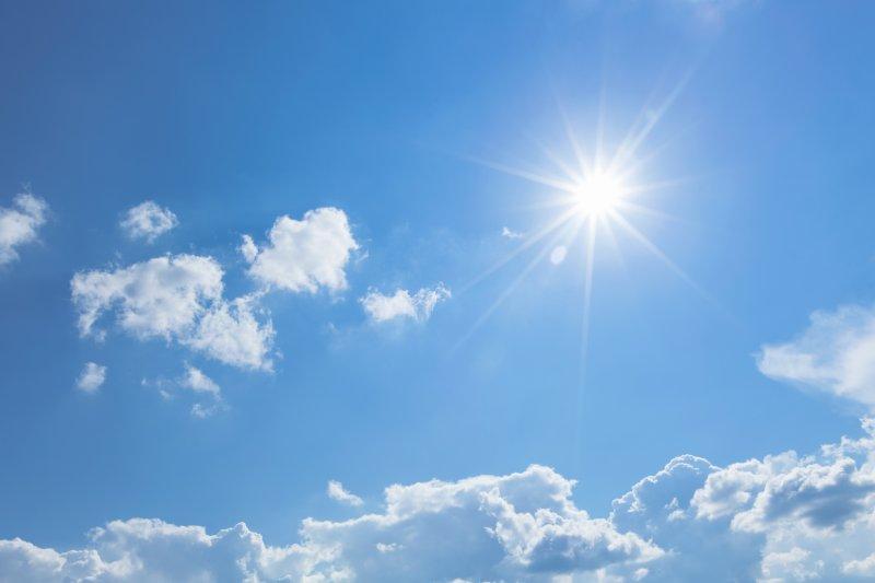 helt blå himmel med en sol og skyer