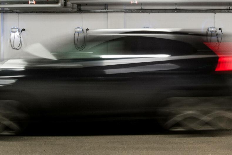 bil kjører forbi chargeampsladere i kjeller borettslag