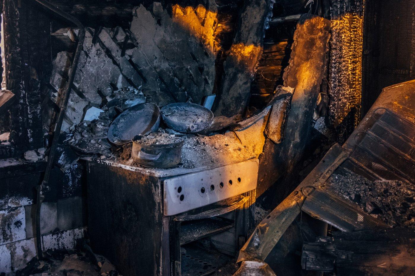 helt svart kjøkken som følge av brann