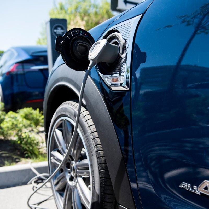 charge amps lader bil på parkeringsplass