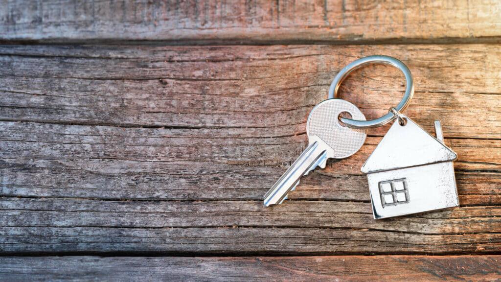 nøkler på bord i forbindelse med slag av bolig