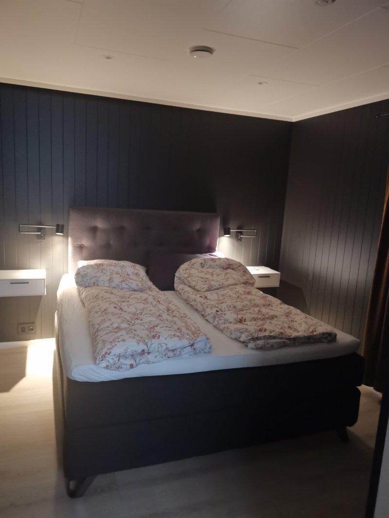 soverommet med grå stikkontakter matchende til veggfarge