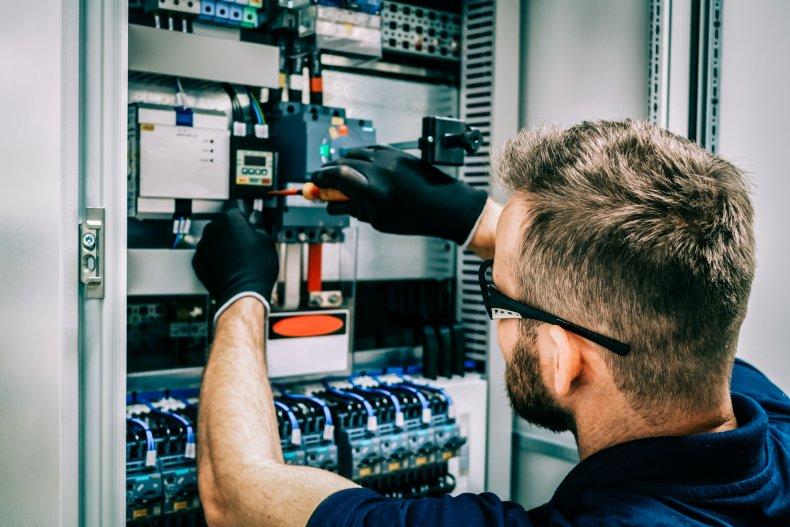 elektriker fikser på et sikringsskap