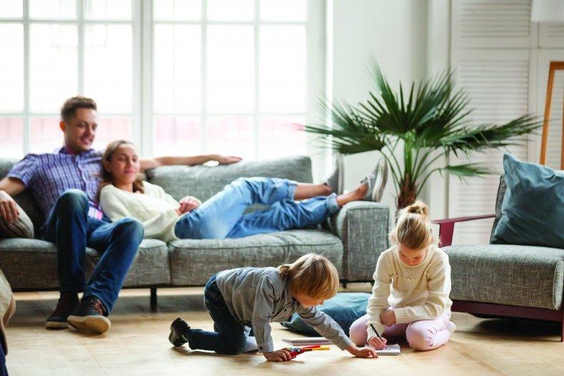 familie koser seg i stuen