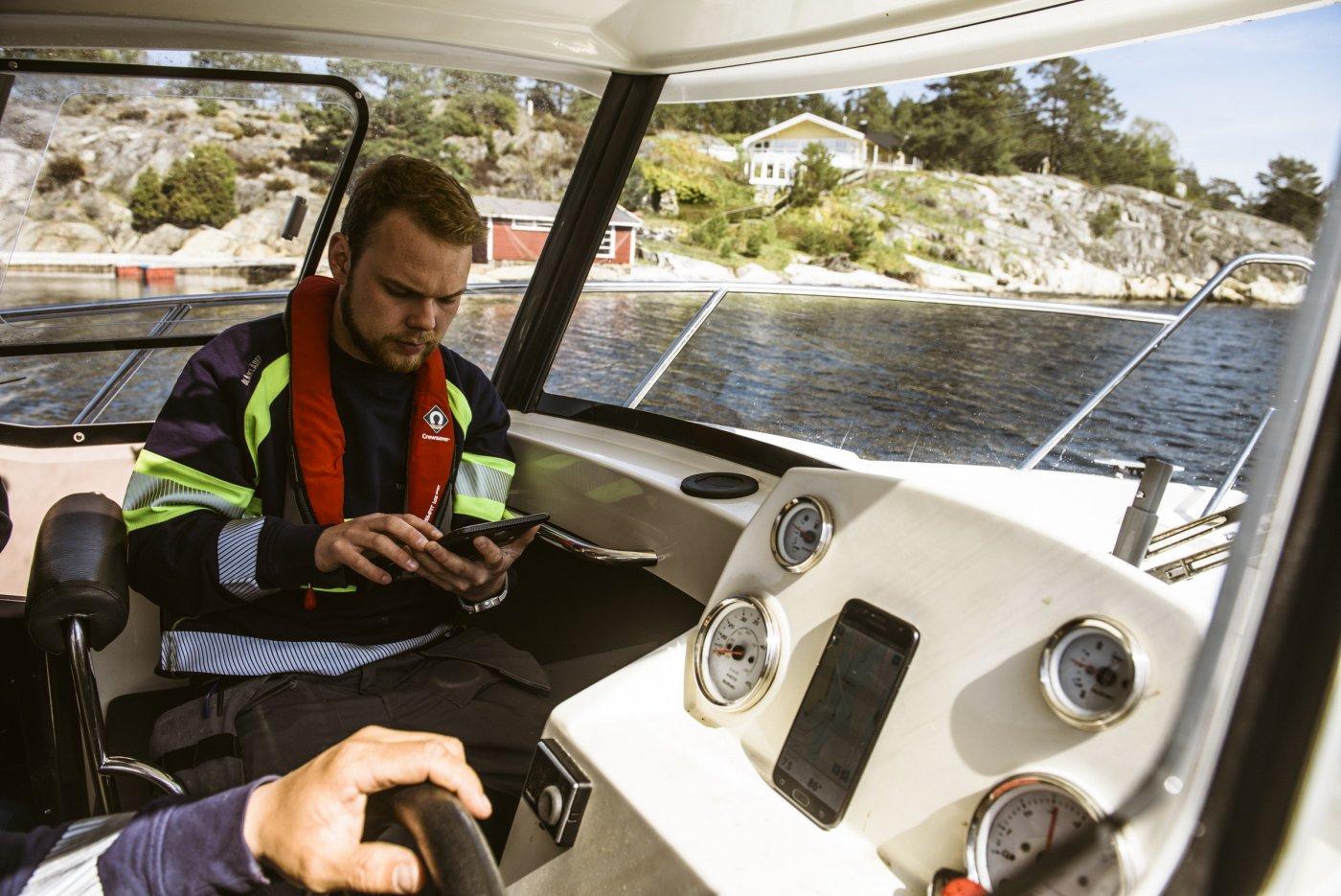 kreagerø elektriske på vei til oppdrag i båt
