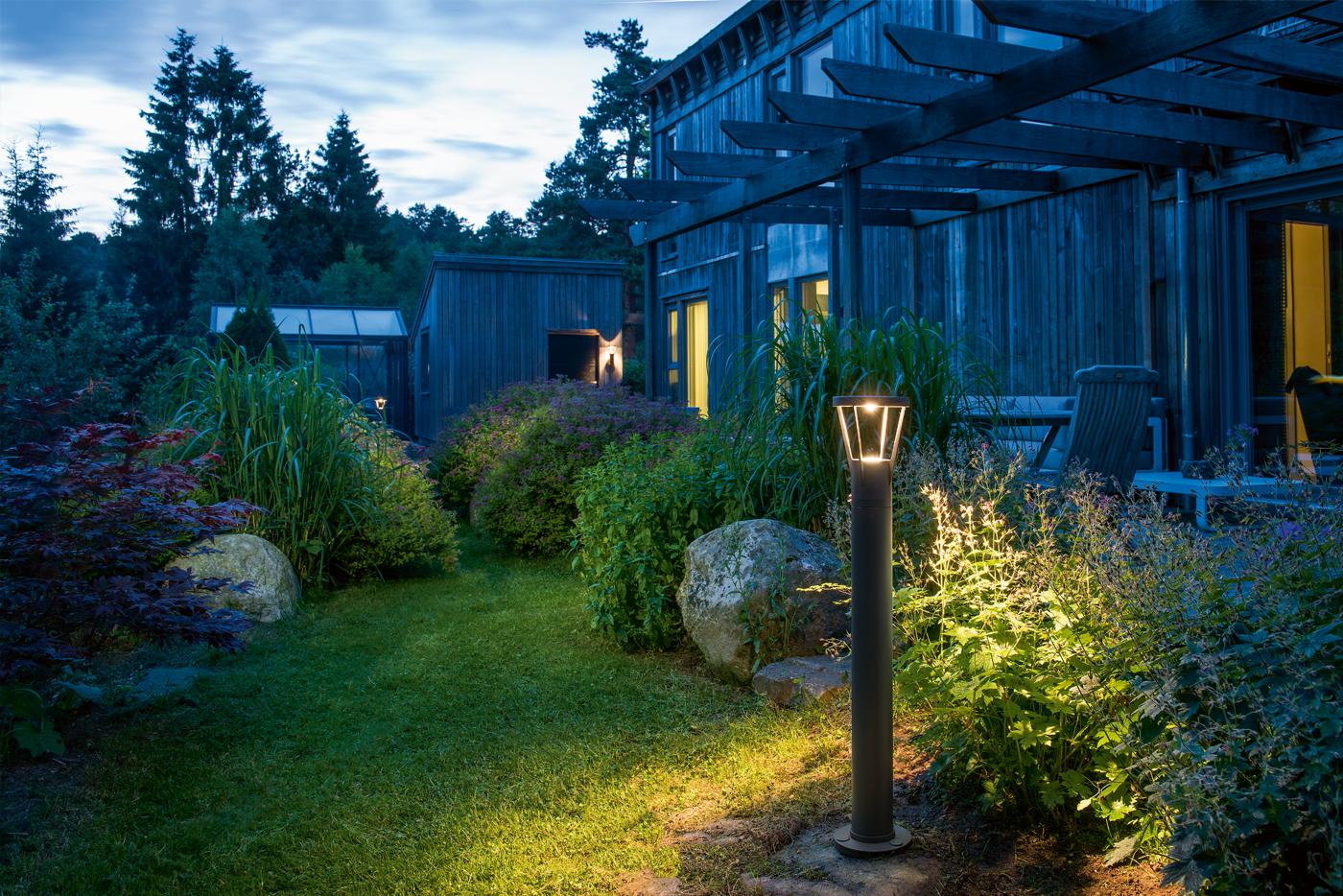 Pullupbelysning som brukes for å lyse opp sti og busker i en hage.