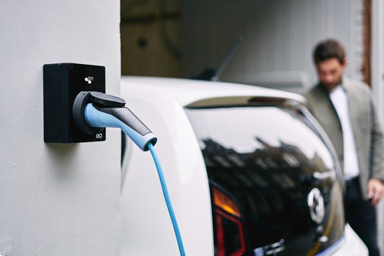 EO lader fra micro matic i veggen med bil i bakgrunnen