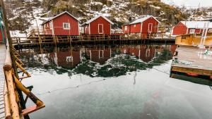 vann og rorbuer, nusfjord i lofoten norge