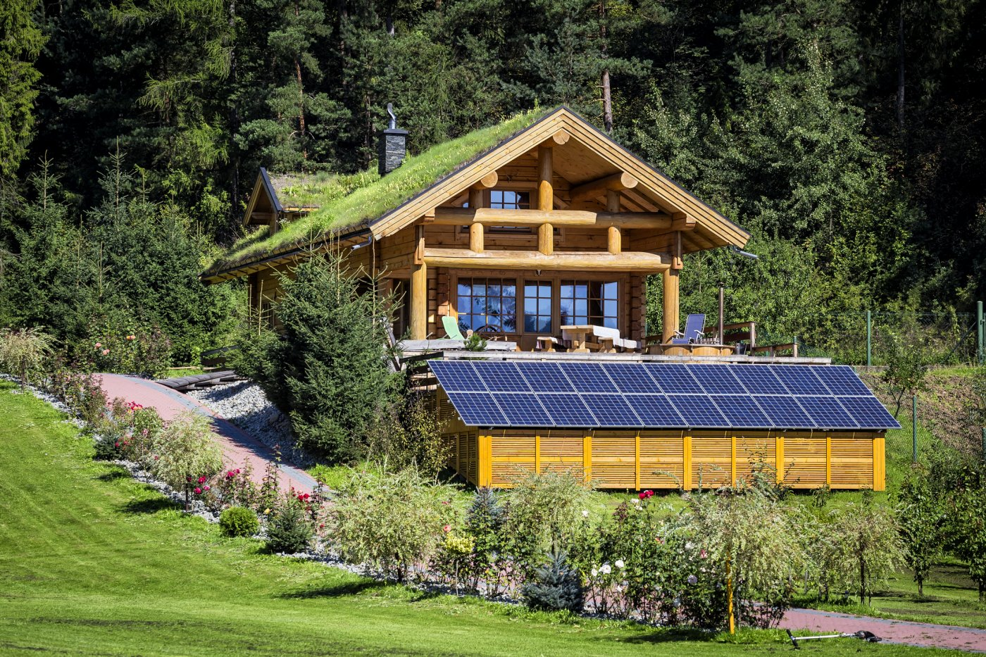 hytte med solceller på låve eller fjøs
