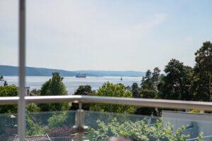 terrassen på huset med utsikt mot fjorden
