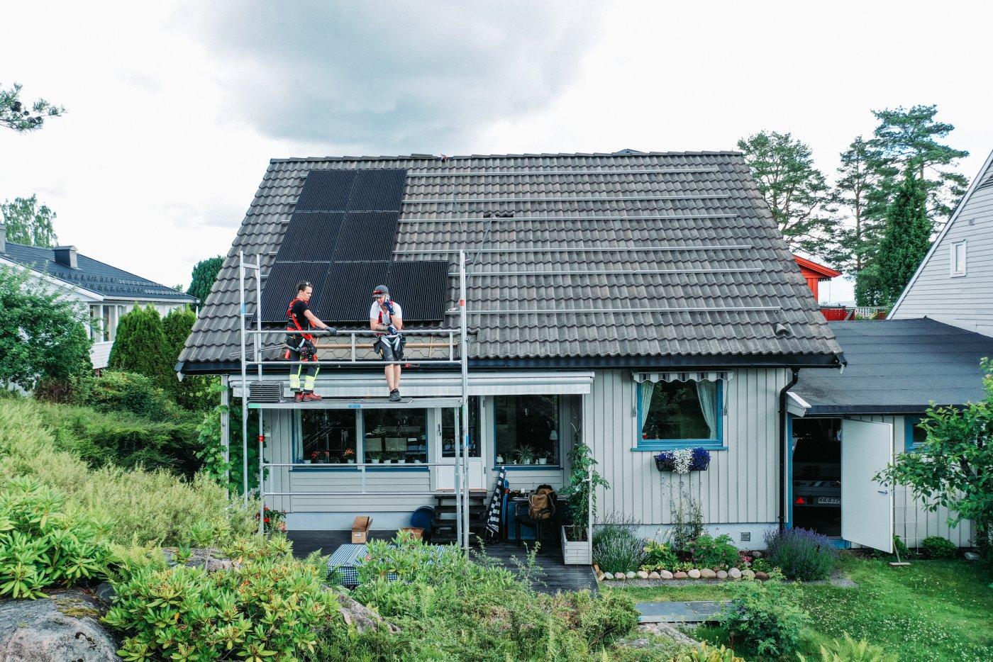 Oversikt over huset til Randi Maakestad underveis i prosessen med å legge solcelleanlegg.