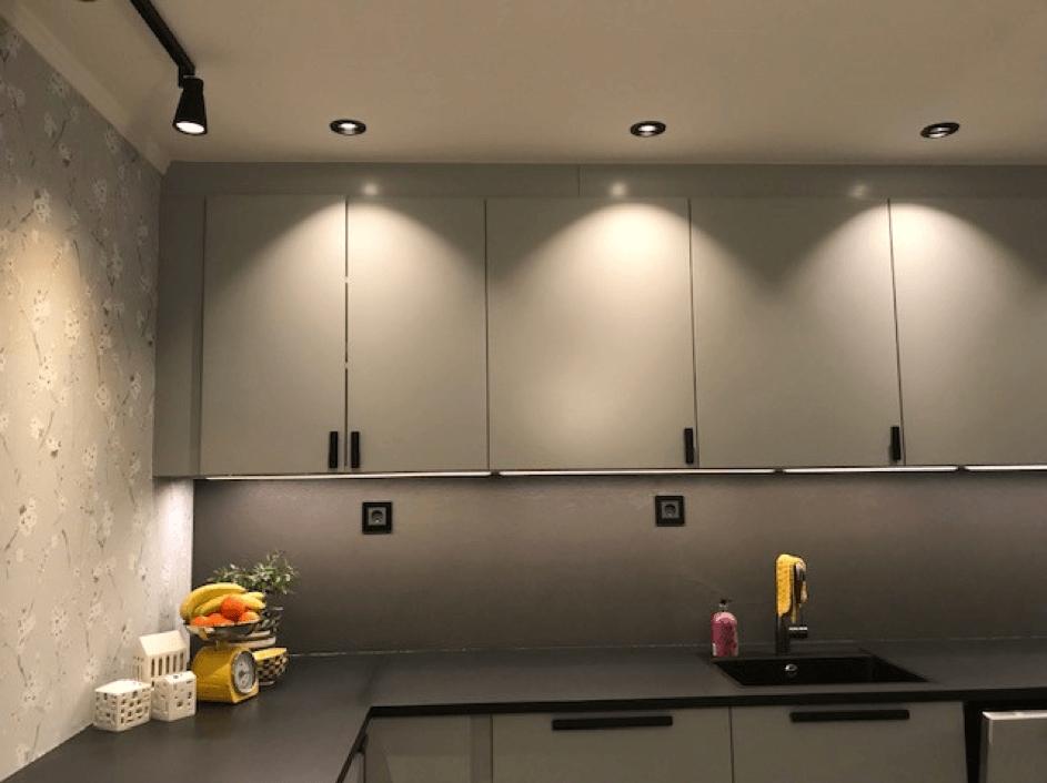 Kjøkkenskap med belysning