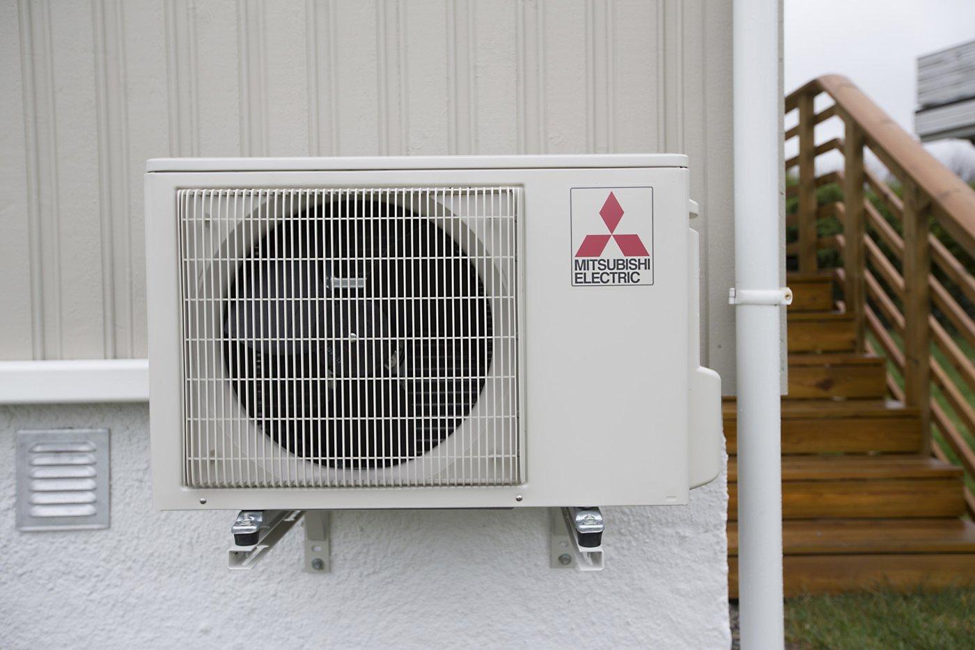 Mitsubishi varmepumpe montert på husvegg