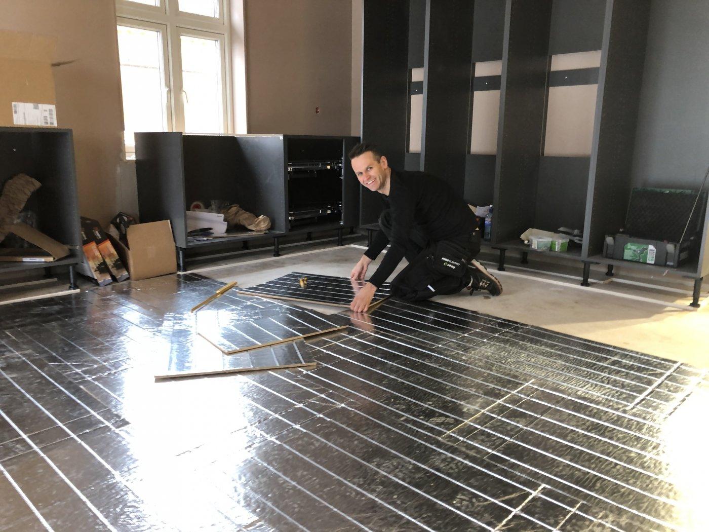Martin Søtvedt i foss elektro elfag legger varmekabler inne