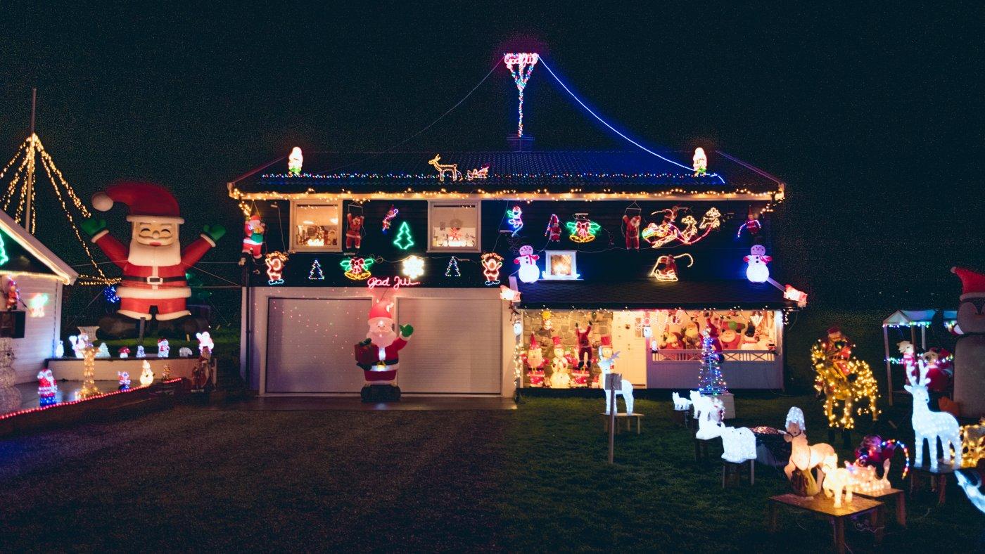 Det er mørkt ute, men alt man ser er eneboligen til Tore Karlsen som er full av julelys. I hagen står det mange figurer og en 1beskrivende setning om hva som er avbildet