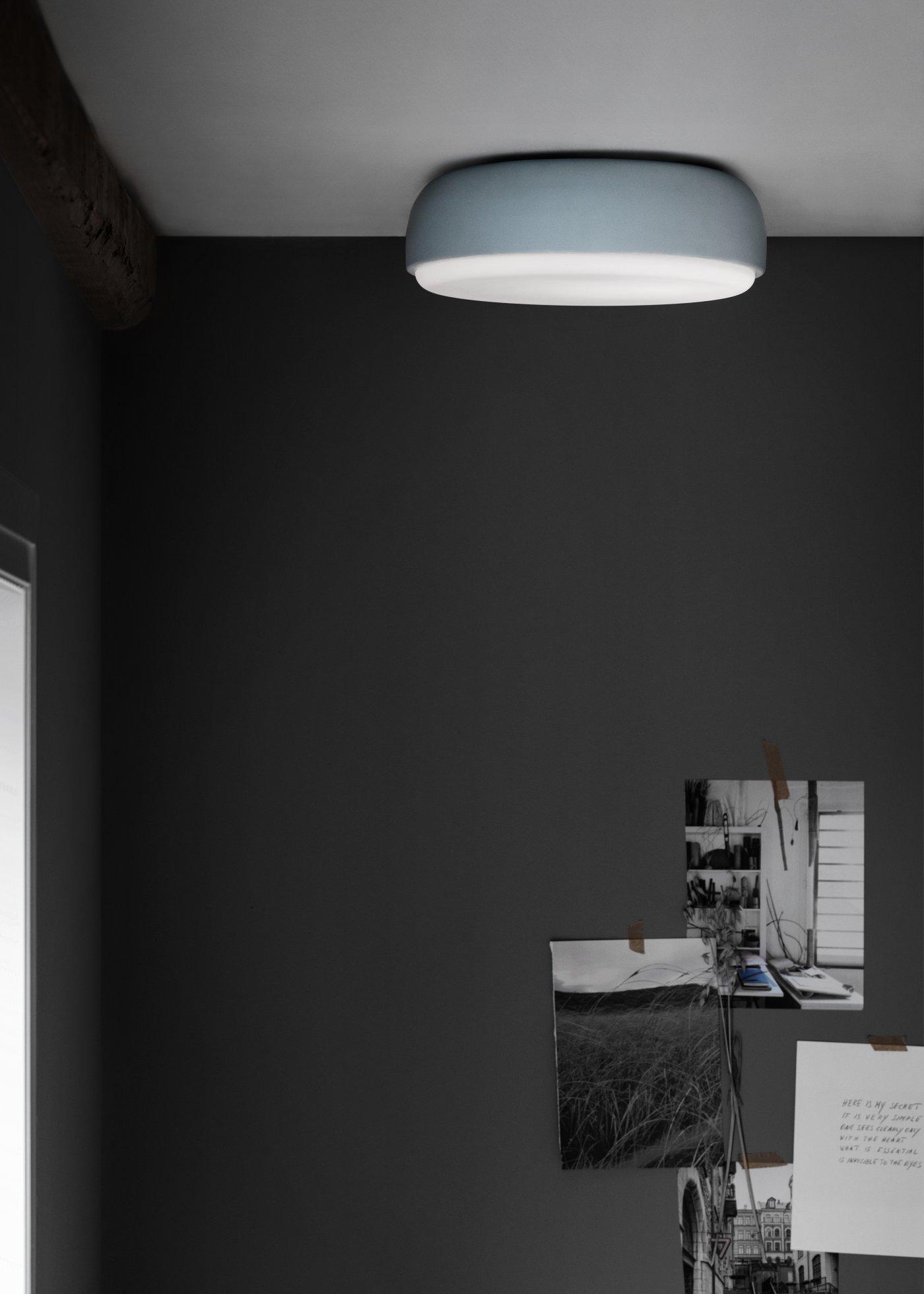 taklampe lyser ned på grått miljø baderom