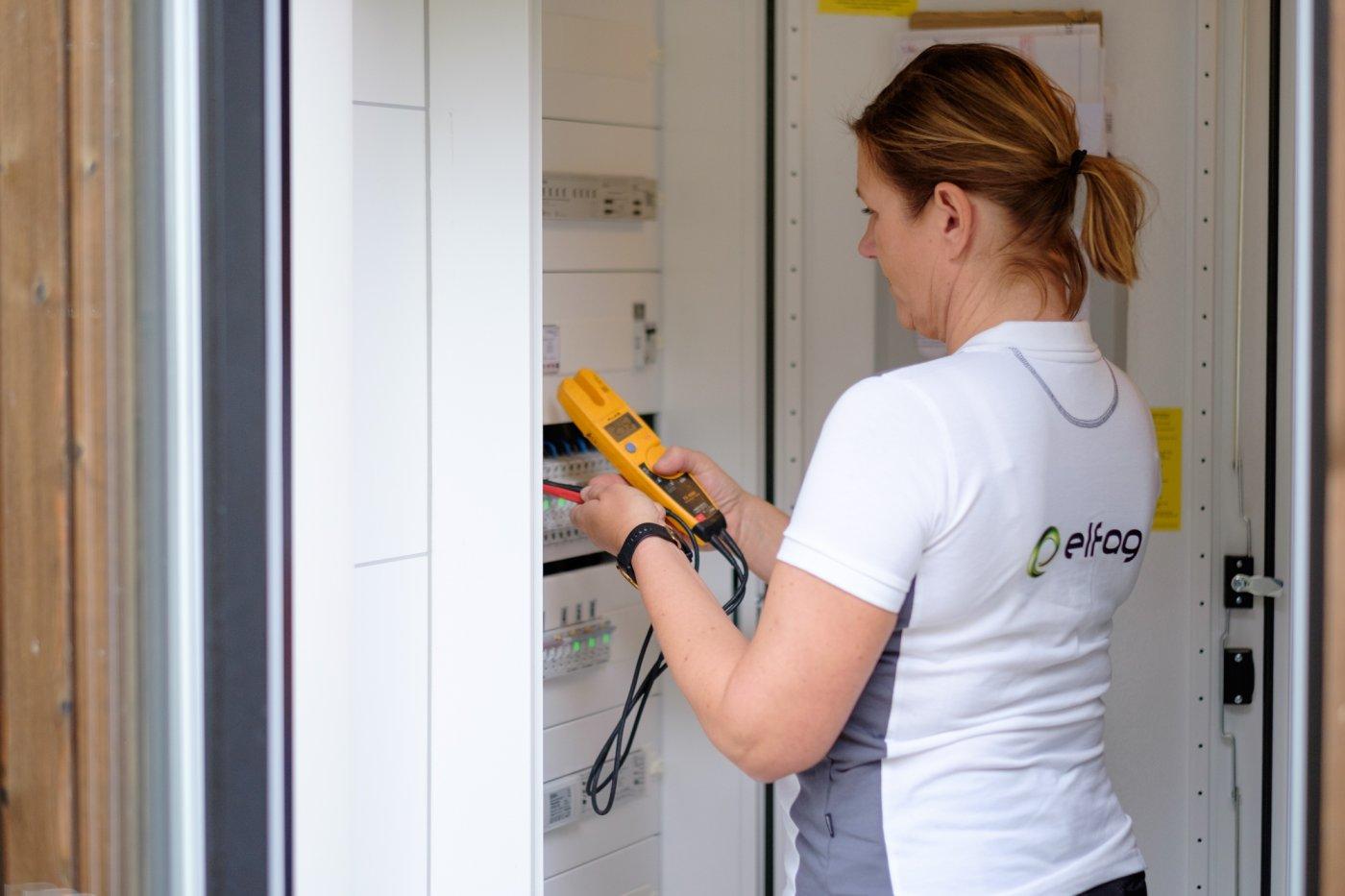 elfag elektriker sjekker sikrignsskap