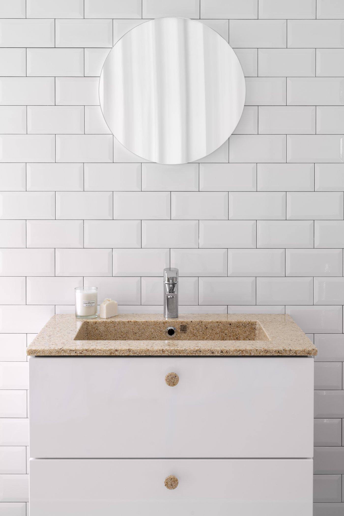 kompositt tre servant firkantet med rundt speil hengende over