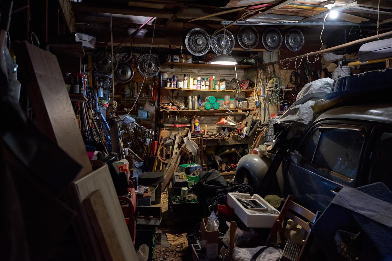 veldig rotete garasje med masse greier rundt omkring